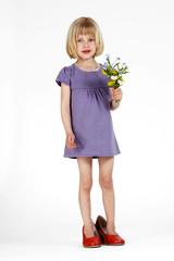 blondes Mädchen mit Blumen 5