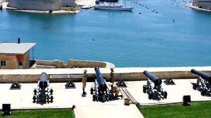 Malta, La valletta, il saluto con lo sparo del cannone