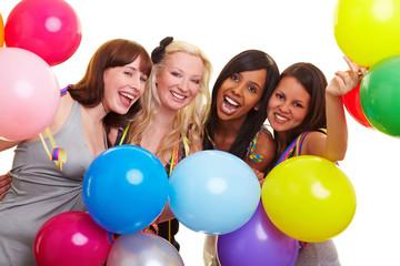 Vier Frauen feiern mit Ballons