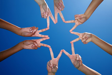 Hände formen Finger zu Stern