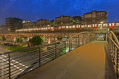 Leinwandbild Motiv Fußgängerbrücke zur Hochbahn Hamburg
