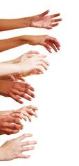 Viele Hände greifen zur Seite