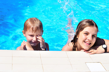 brothe and sister in the pool