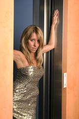 Blonde Frau im Lift