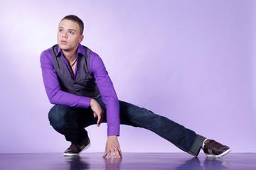 Junger Mann posiert für Fashion, quer