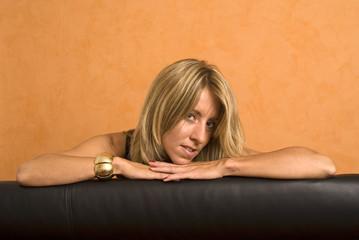 Frau mit Armreif