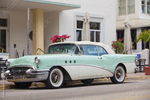 Auto d'epoca parcheggiata su Ocean drive