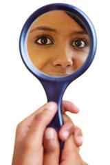 Afrikanerin schaut in einen Spiegel