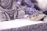 Fototapety Buddha bei Zen Meditation,  Massage Steine, Lavendel