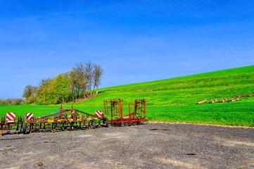 Machines agricoles au bord d'un champ