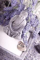 Buddha bei Zen Meditation,  Massage Steine, Lavendel