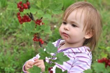 bébé mangeant fruit