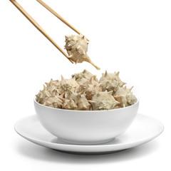 Plato de caracoles de mar con palillos chinos