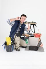 Carreleur téléphonant devant ordinateur portable