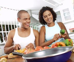 Latinos cortando verduras.