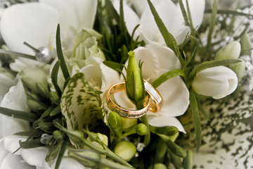 wedding rings on the bouquet