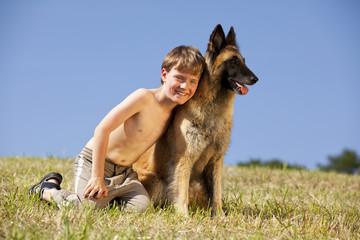 glücklicher Junge mit belgischem Schäferhund