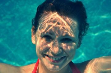 femme nager sous l'eau