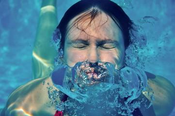 femme flottant sous-marine
