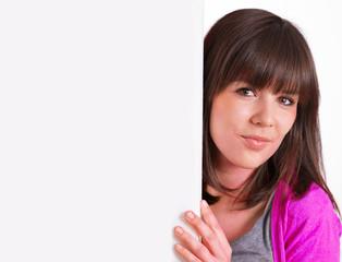 Frau neben Werbeschild