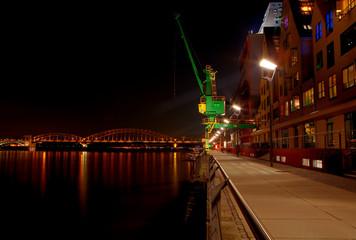 Pier am Kölner Rheinauhafen mit Kran