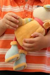 Kind hält Kuscheltier