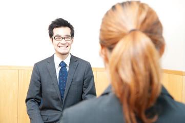 笑顔で面接を受ける男性