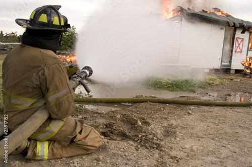 In de dag Vuur / Vlam Fireman sprays burning building