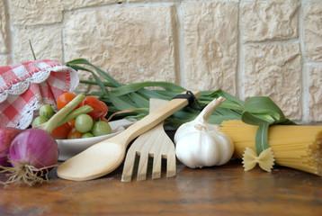 ingredienti su vecchio tavolo