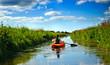 Frau paddelt auf dem Fluß