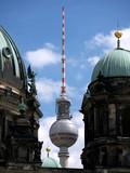 Berlin-Fernsehturm zwischen Domkuppeln