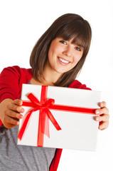 Mädchen präsentiert ein Geschenk