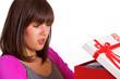 Frau önnet Geschenk und ist entsetzt