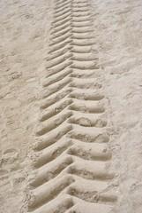 Impronta di pneumatico sulla sabbia