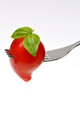 Cuore di pomodoro infilzato