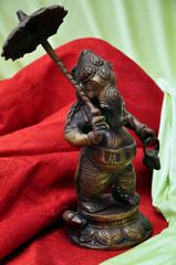 Statua di Ganesha in metallo su drappeggio - simbolo tibet