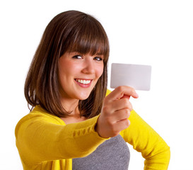 Frau zeigt Visitenkarten