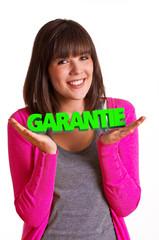 Frau hält Schriftzug Garantie in den Händen