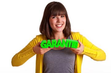 Mädchen mit Garantie Schriftzug in den Händen