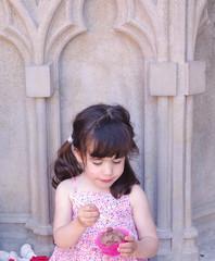 Petite fille mangeant une glace