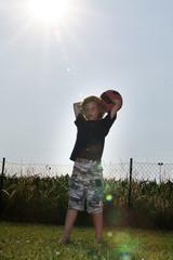 Junger Fussballspieler beim Einwurf