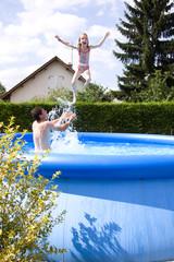 enfant a la piscine