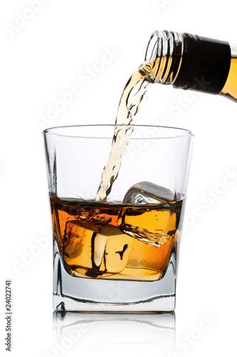 whisky-wlewa-sie-do-szklanki