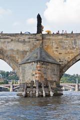 Ponte Carlo a Praga visto dalla Moldava