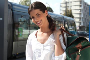 Portrait d'une femme avec bagages
