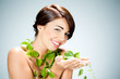 femme beauté soin du corps nature feuilles