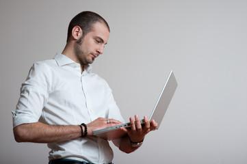 uomo lavora in piedi con computer