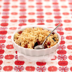 summer fruit macaroon crumble