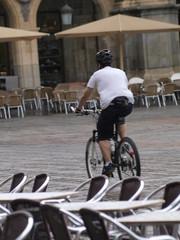 Cruzando en bicicleta la Plaza Mayor de Salamanca
