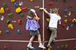 Kinder beim Bouldern an einer Kletterwand